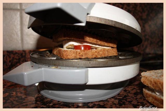 Der Deckel des Waffeleisens drückt den Toast schön zusammen.