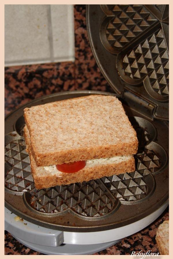 Der belegte Toast kommt ins Waffeleisen