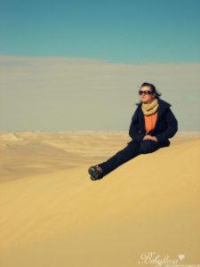 Jacke und Schal in der Wüste