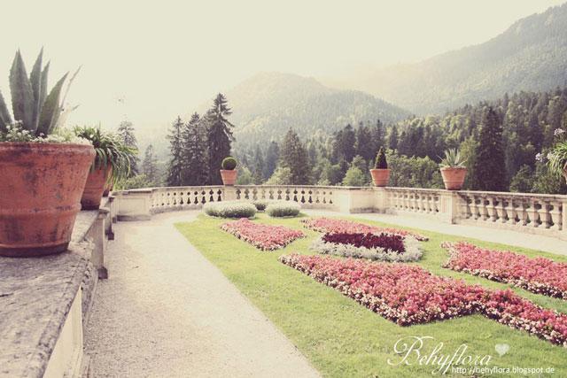 Die prunkvollen Beete in Schloss Linderhof erinnern an Versailles