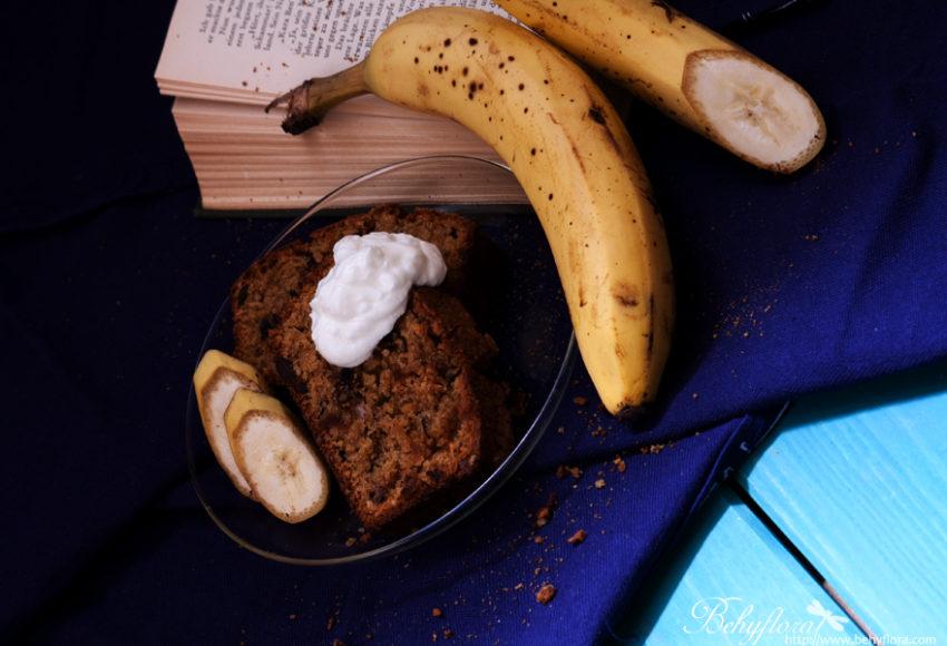 Bananenkuchen und Buch für den gemütlichen Nachmittag