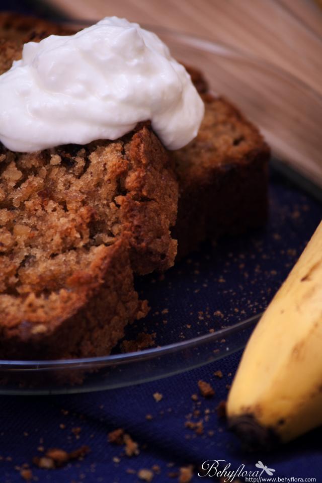 Lecker schmeckt der Bananenkuchen auch mit etwas Sahne