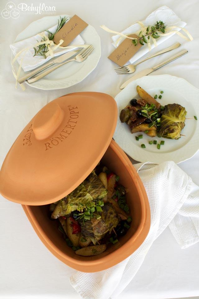Lecker - Vegane Wirsingrouladen auf Kartoffelbett
