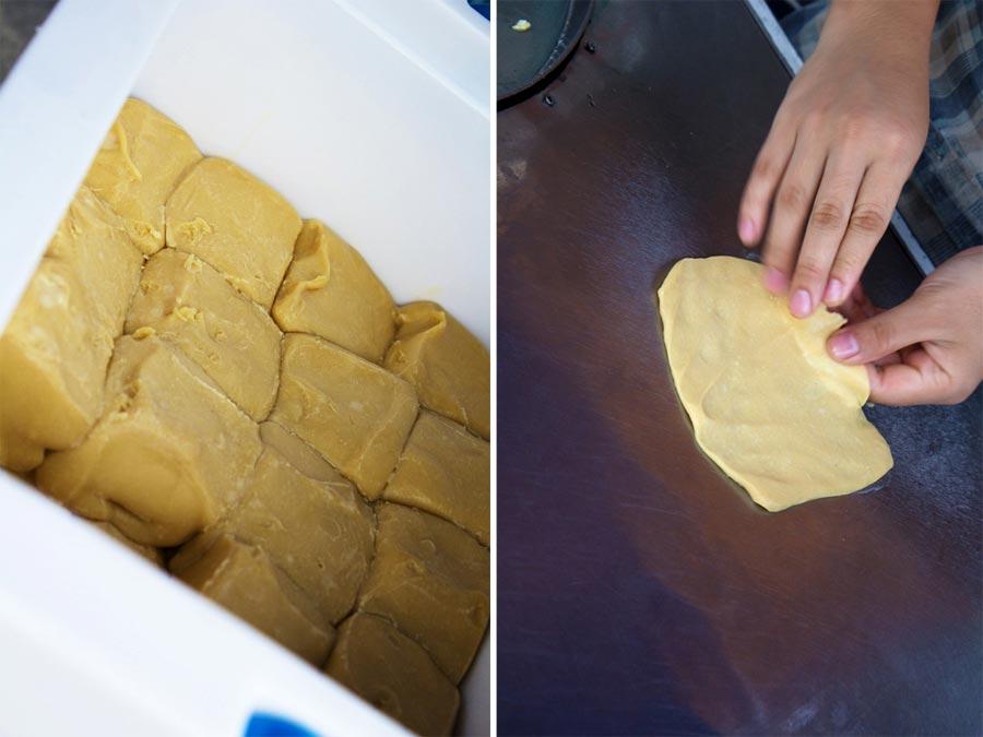 So wird der Roti Pancake Teig ausgezogen