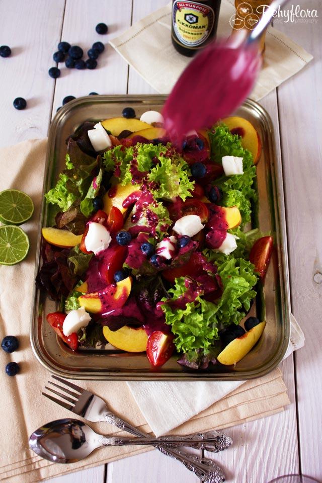 Dieses Salatdressing ist mit Blaubeeren