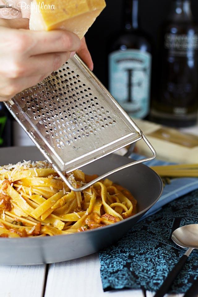 Parmesan ist ein Muss über diesen Nudeln