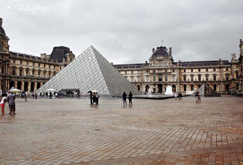 Der Louvre in Paris im Regen