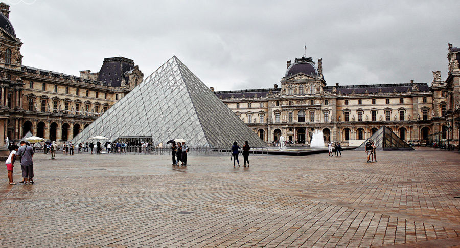 Der Louvre in Paris im Regen