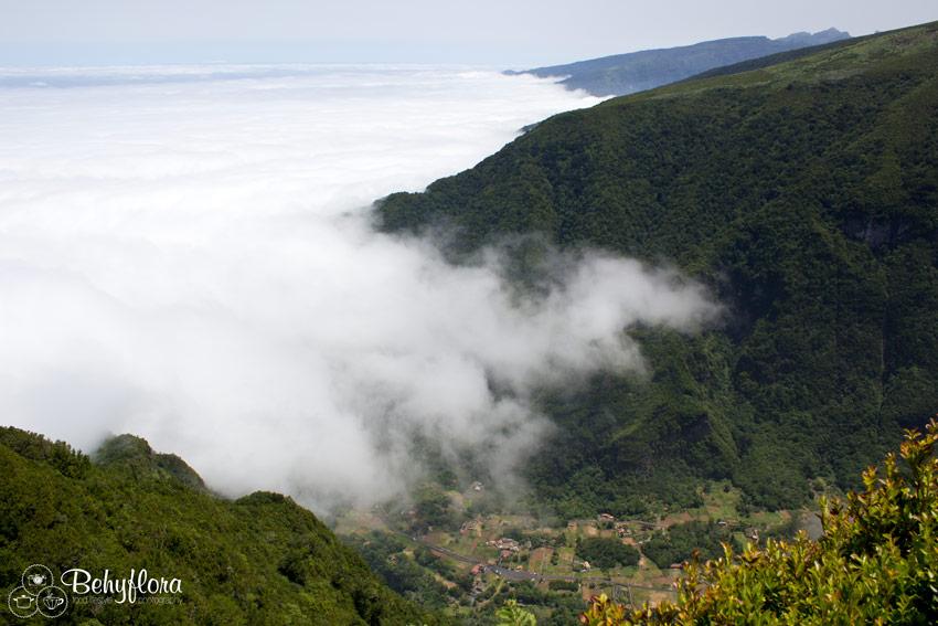 Wolkenbänder ziehen sich übers Tal