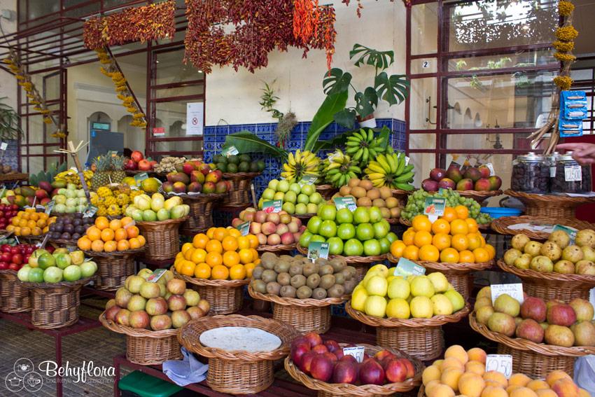 Kunstvoll drappiertes Obst auf dem Mercado dos Levadores