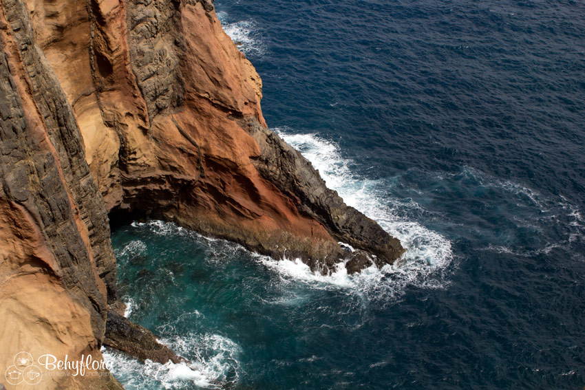 Die wilden Wellen des Atlantik umspülen die Steilklippen Madeiras