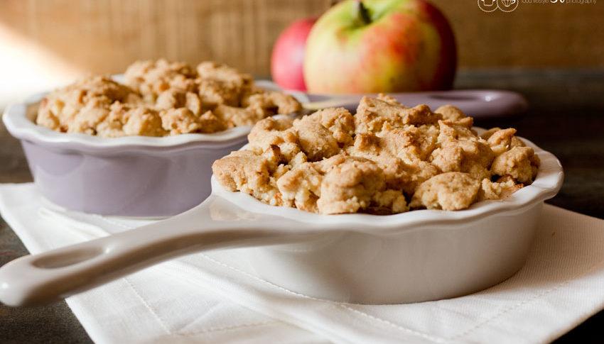 Apple Crumble in der Ofenform. Äpfel.