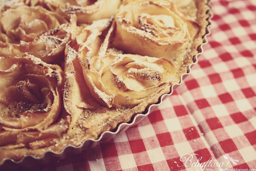 Apfelrosen auf dem Kuchen
