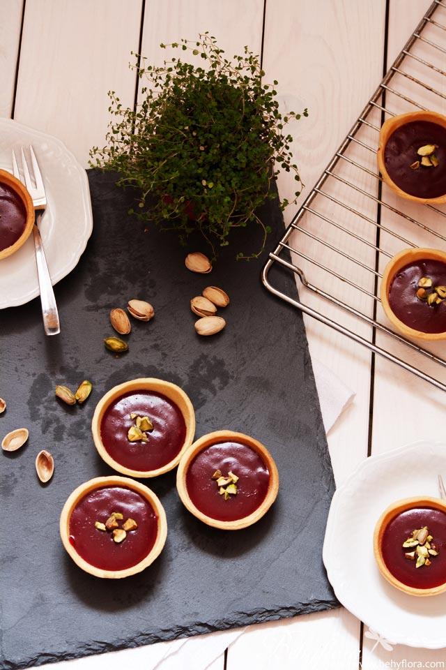 Beeren-Törtchen mit Keksteig und Vanille