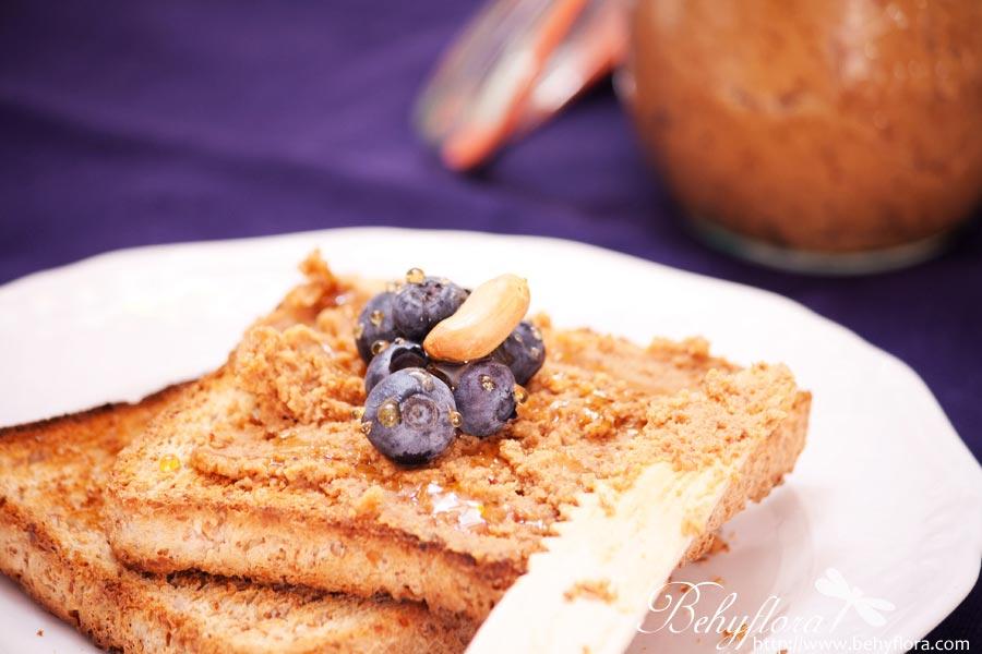 Toast mit Erdnussbutter selbst gemacht
