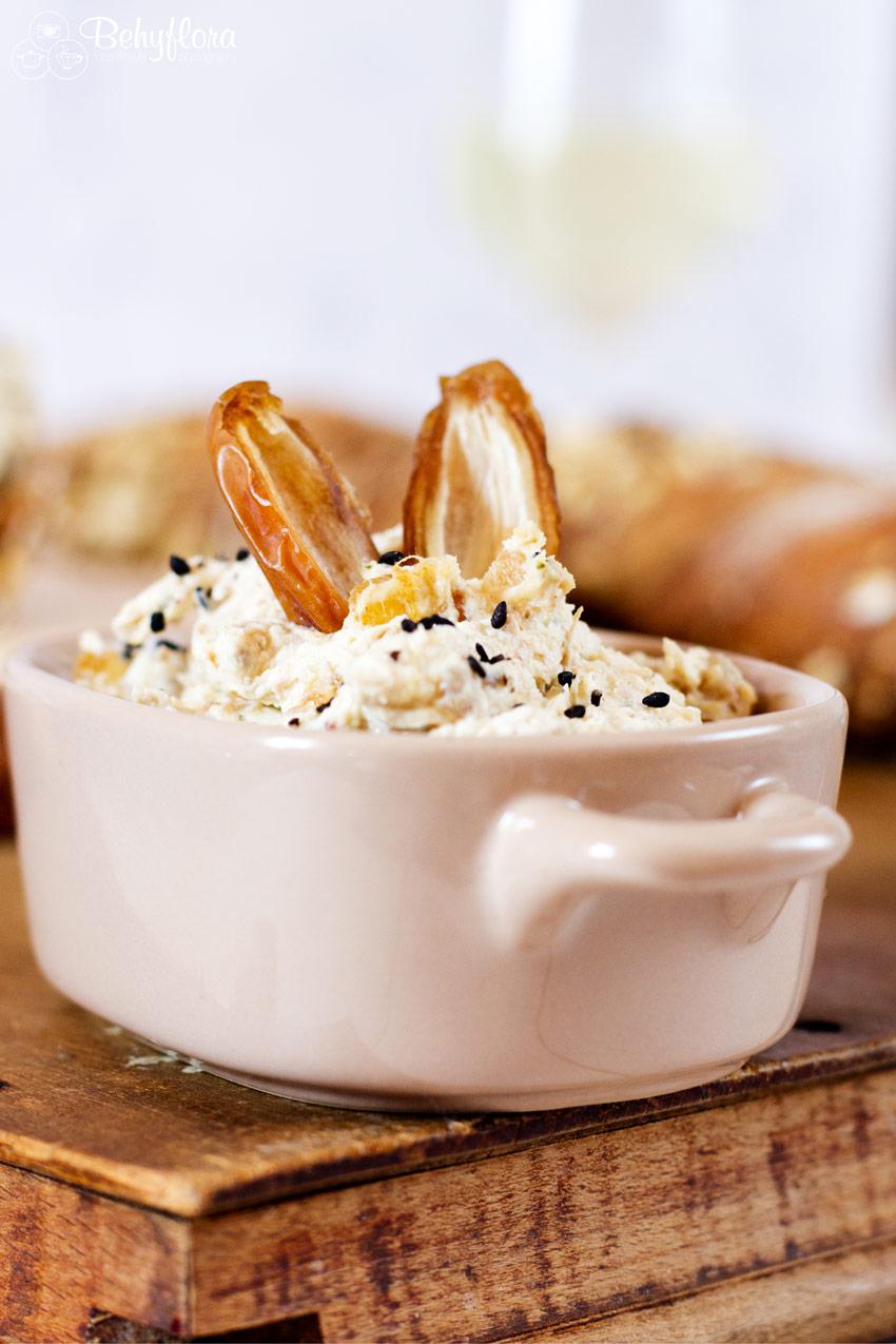 Dattel-Curry-Brotaufstrich im Schälchen