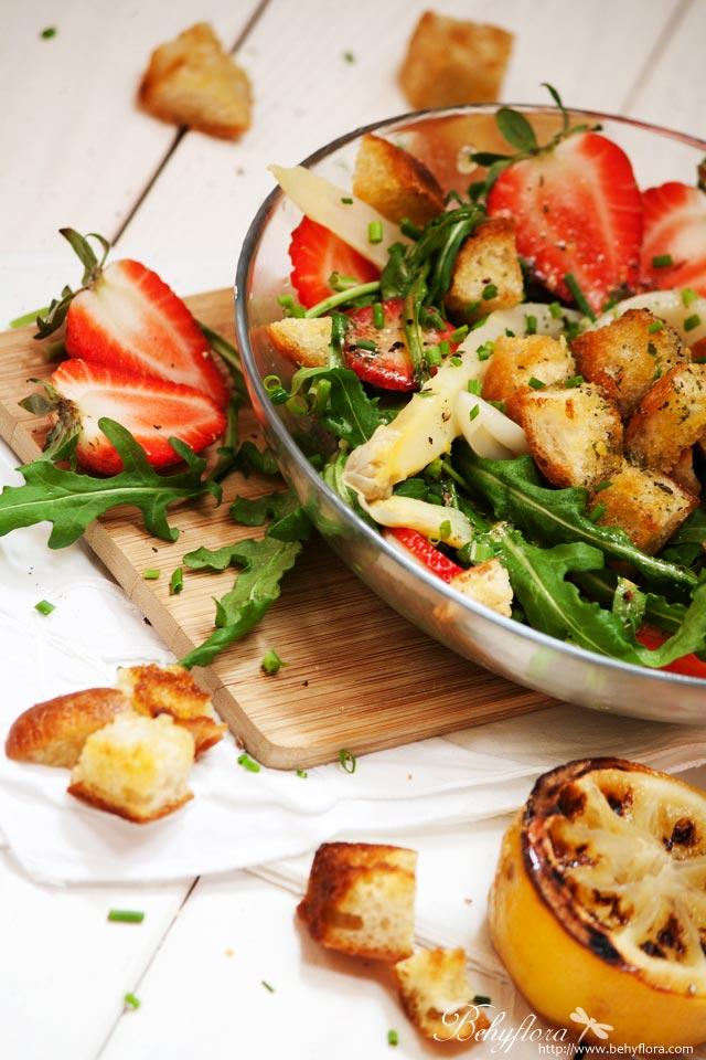Frühlingssalat mit Spargel und Erdbeeren