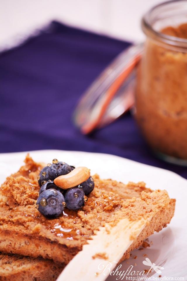 Ernussbutter-Toast mit Blaubeeren und Honig