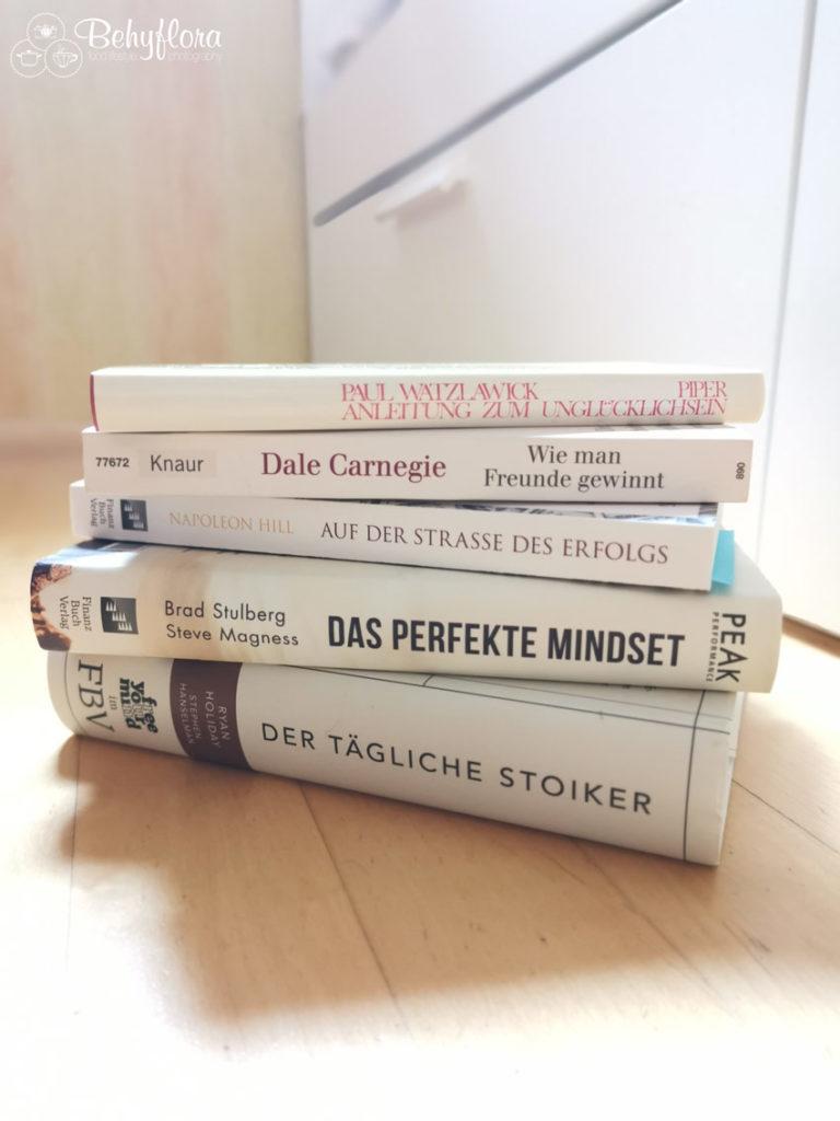 Buchempfehlungen zur Persönlichkeitsentwicklung - Ein Stapel neben dem Bett