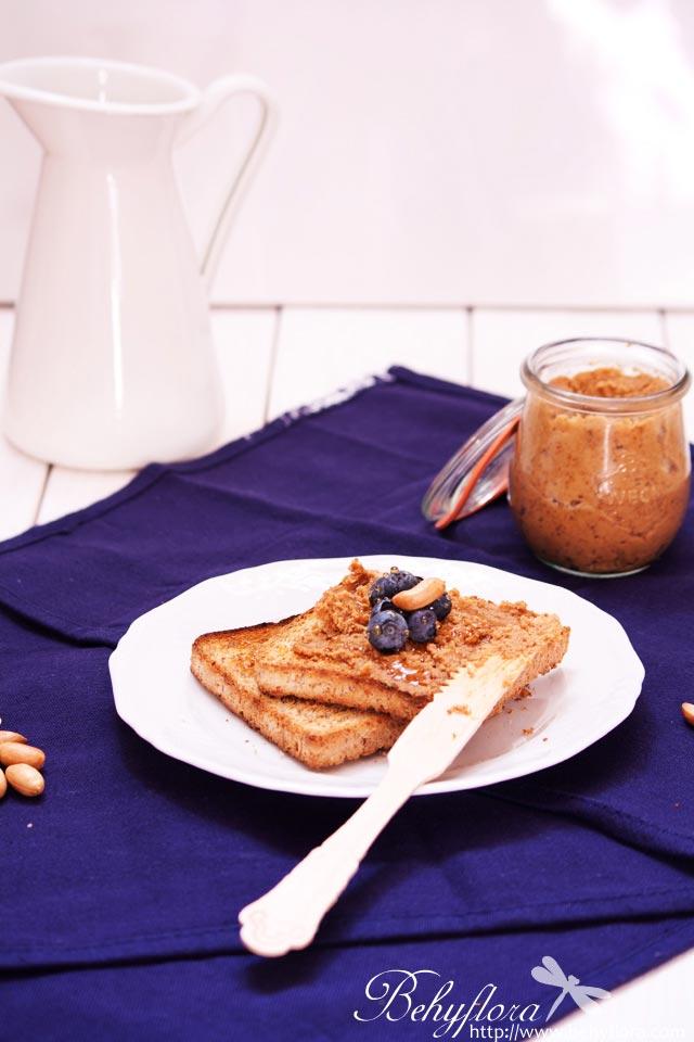 Erdnussbutter-Toast mit Honig und Blaubeeren