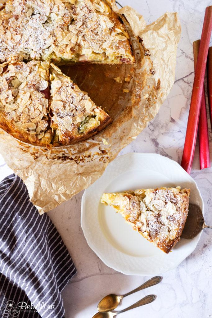 Rhabarber Kuchen mit Erdbeerrhabarber und Quark im Teig