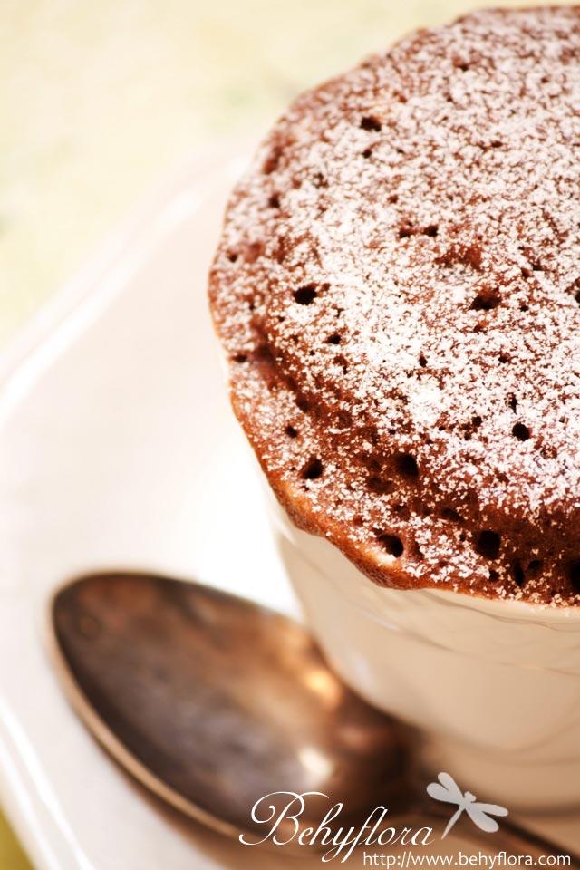 Tassenkuchen mit Schokolade und Puderzucker