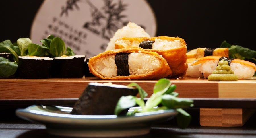 vegetarisches Sushi - Tofutaschen mit Reis