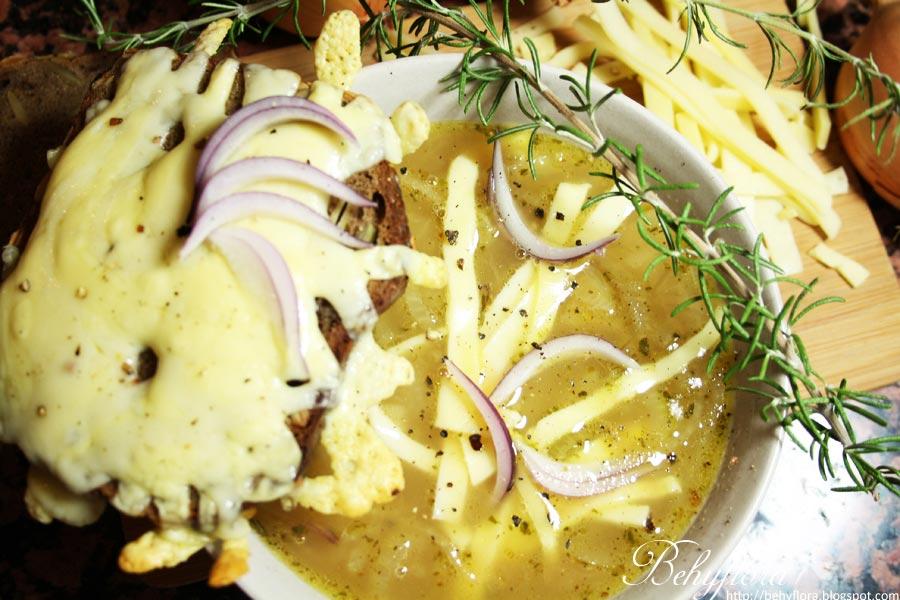 Französische Zwiebelsuppe mit Käsebrot