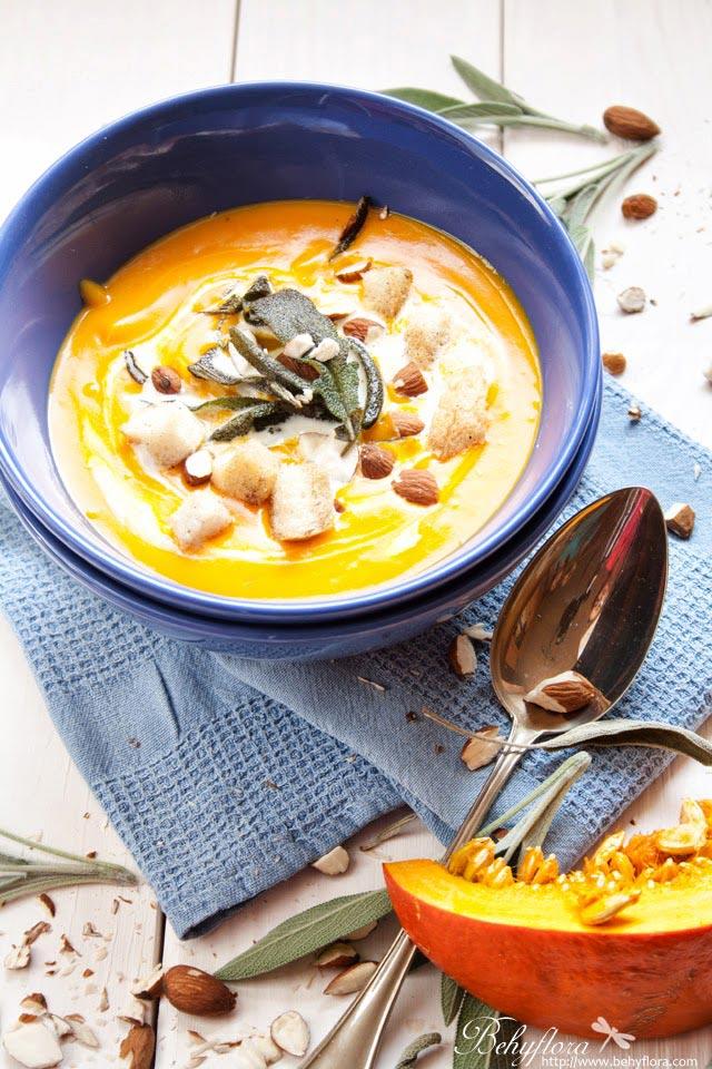 Kürbis-Suppe mit Salbei und Mandeln
